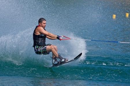 slalom: ABBOTSFORD, BC - 3 sierpnia 2009: Cam Morris z działu Fire Prince George konkuruje w Początkujący slalomu mężczyzn Narciarstwo wodne na Igrzyskach World policji i ognia Publikacyjne
