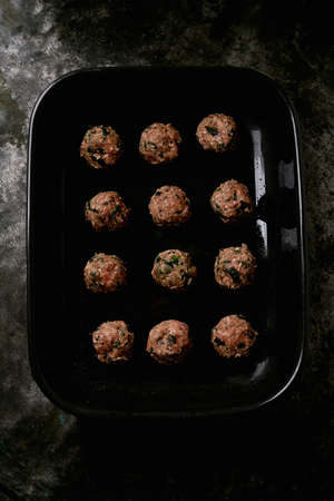 Ready to cook meatballs in asian bamboo steamer over a metal background. Top View. Flat Lay. Standard-Bild