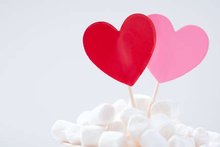 Red and pink hearts in marshmallow on white background. St Valentine's concept. Close Up Standard-Bild