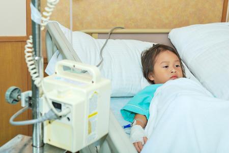 ni�os enfermos: Ni�a enferma en cama de hospital Foto de archivo