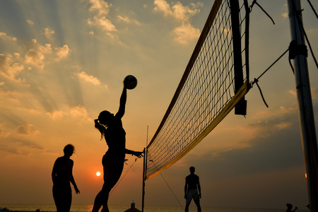 movement people: Beach-Volleyball-Silhouette bei Sonnenuntergang, Bewegung verwischt