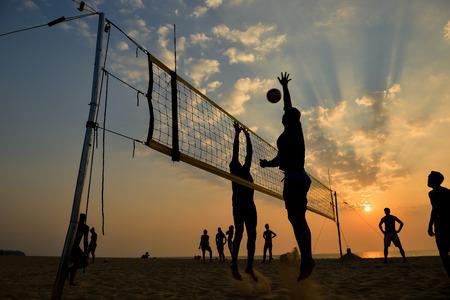 voleibol: Playa silueta voleibol en la puesta del sol, el movimiento borroso Foto de archivo