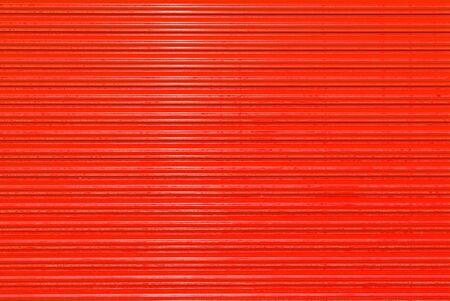 lineas horizontales: Red puerta cerrada rodillo de metal hasta la puerta roja Foto de archivo
