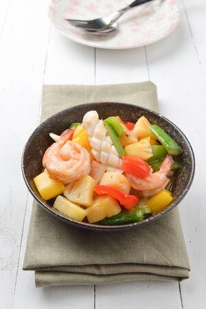 mariscos: salsa agridulce frito con camarones pescados y mariscos calamares