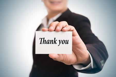 Dank u bericht woord over de kaart in de hand van Friendly man hand en glimlachend Stockfoto