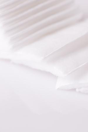 Coton carré de laine sur fond blanc close up Banque d'images - 80104236