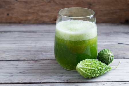 緑のゴーヤーのハーブ ジュース