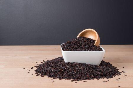 Rice berry on wooden table background 版權商用圖片