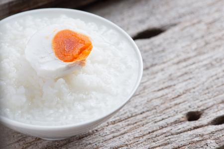 Rijsthaverbrij, gekookte rijst of rijstcongeeand met gezouten ei, Chinese voedselstijl Stockfoto