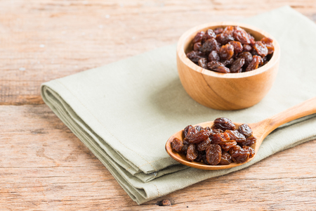 Raisins on a wooden background. Standard-Bild