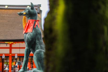 Fox statue at the Fushimi inari taisha shrine, Kyoto. Stock Photo