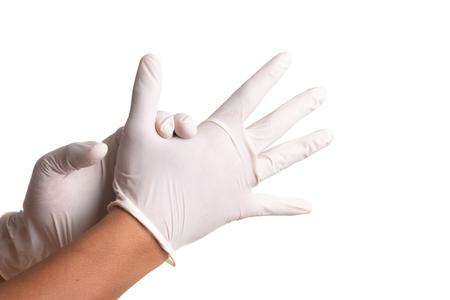 Mano del doctor en guantes estériles de látex blanco aislado sobre fondo blanco.