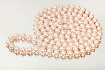perle rose: Pink pearl necklace on silver background