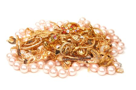 perle rose: Yellow gold and pink pearl jewelry on white background