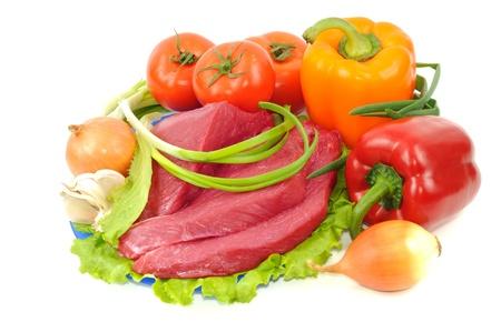 carne cruda: Verduras y carne cruda, aislado en un fondo blanco