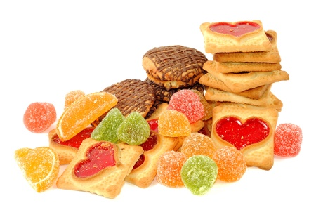 Galletas y caramelos de gelatina, sobre un fondo blanco