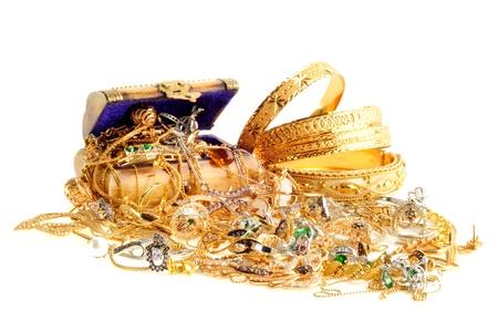 collares: Una caja llena de joyas de oro sobre un fondo blanco
