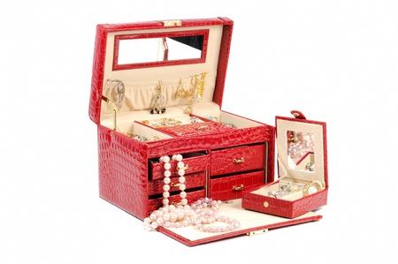 aretes: Una caja de joyas abierto con joyas de oro y de platino en un fondo blanco