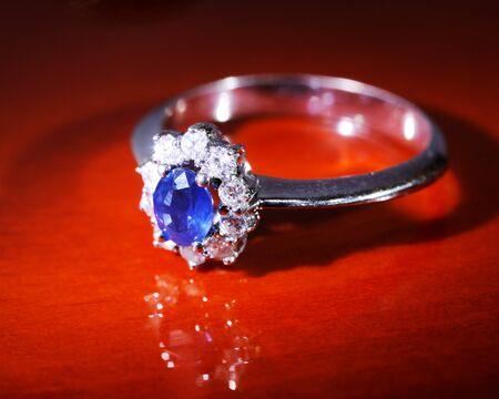 Bague en platine avec des diamants et saphir bleu Banque d'images