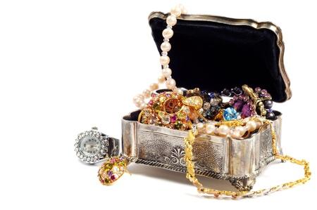 piedras preciosas: Accesorios y joyas en el pecho joya de plata, fondo blanco Foto de archivo