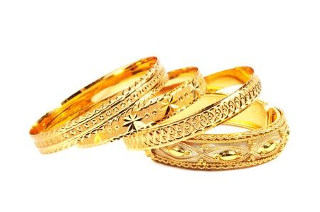 Goldene Armbänder, isoliert auf weißem Hintergrund