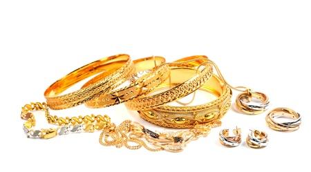 Gouden armbanden en necklece met diamanten, over wit