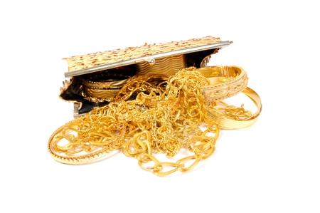 Goldene Armbänder und Ketten in einer goldenen Kupplung, Nahaufnahme Standard-Bild - 50886308