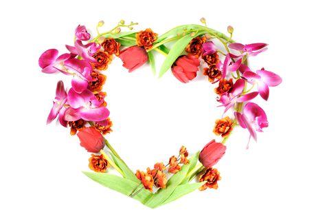 Herz-Rahmen aus Blumen, auf weißem Hintergrund