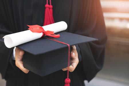 近距离的照片。背毕业帽在大学毕业典礼上成功,庆祝毕业。