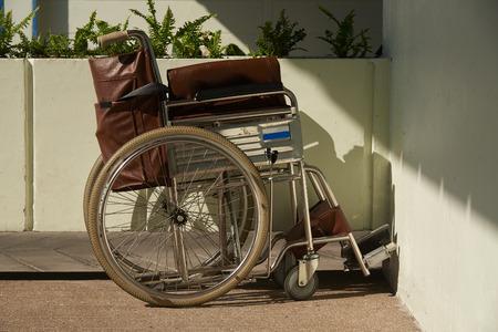 Un parking marron pour fauteuil roulant à l'hôpital.