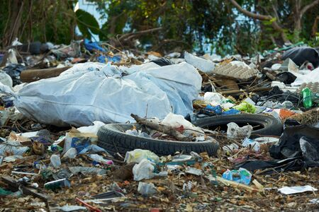 A lot of dirty garbages in the city of Bangkok open space Imagens