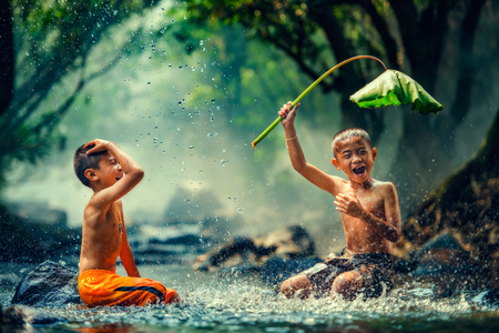 Childrens playing in the river 版權商用圖片 - 58653653