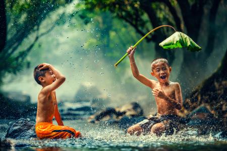 Het spelen van kinderen in de rivier
