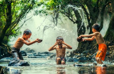 川の中で水しぶき子供 写真素材