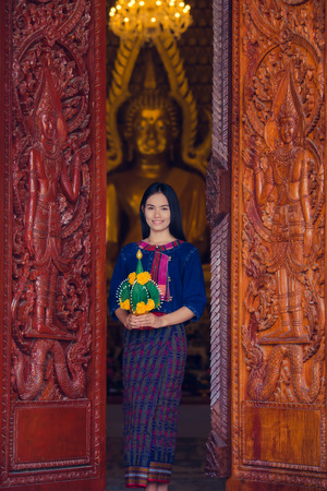 identidad cultural: Asian woman wearing typical (Traditional) Thai dress in temple