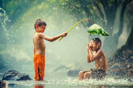 再生と川の中で水しぶき子供 写真素材