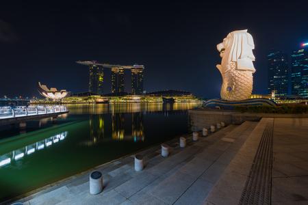 マーライオン、シンガポールのスカイラインの夜。マーライオンはライオン、体は魚の頭と想像上の生き物し、はシンガポールの象徴としてしばし