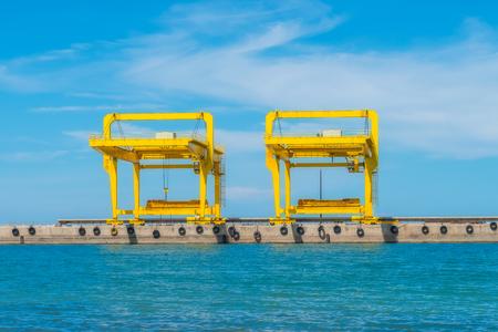 工業港の貨物クレーン 写真素材