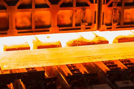 コンベア ベルトに熱い金属