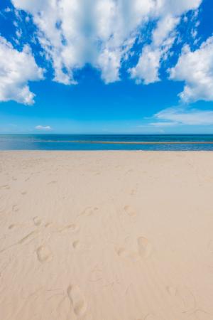 海ビーチ青砂空太陽日光リラクゼーション風景視点デザインはがきやカレンダーのタイ