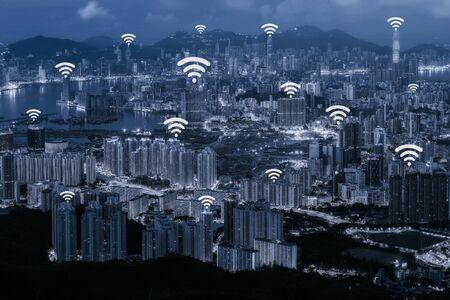 青色のトーン香港都市景観背景とネットワーク接続 - ネットワーク ビジネス接続システム概念の Wifi ネットワーク接続の概念 写真素材