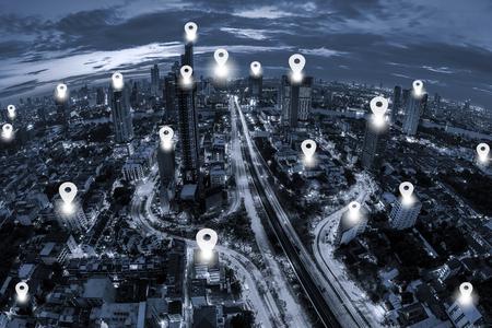 フラット ブルー トーン夕暮れの背景に街並みバンコクのビジネス地区の空撮にピンをマップします。