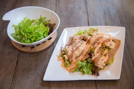 魚のサラダ - スライス サーモンと野菜 写真素材
