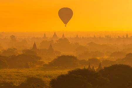 美しいシルエットのバガン、ミャンマーのマンダレー地方にある古代都市の日の出の朝の風景を見る。