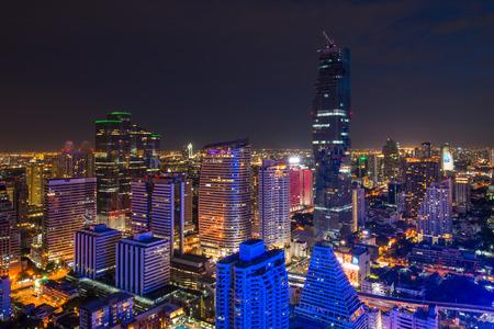 夜には高い建物があるビジネス地区のバンコク都市景観