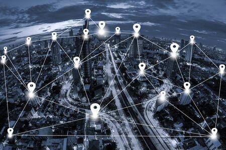 青いトーン景観バンコクのビジネス地区の背景の空撮にピン フラットとネットワーク接続の概念をマップします。