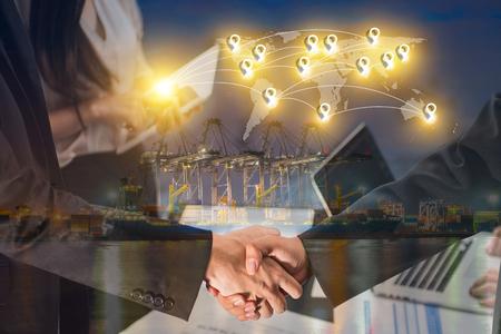 工業港にコンテナー貨物の取引概念の挨拶ビジネス人々 ハンドシェイクの二重露光背景を出荷し、世界グローバル地図作成グローバル化 pin フラッ