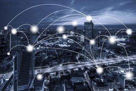 ネットワーク ビジネス接続概念ブルートーン夕暮れの背景に街並みバンコクのビジネス地区の空撮。