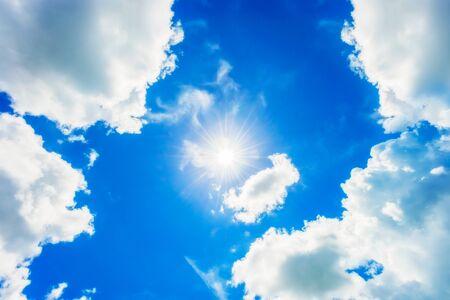 青い空の明るい太陽。