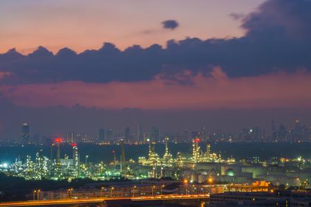 都市景観夕暮れ空の背景、バンコク、タイの石油精製業界。